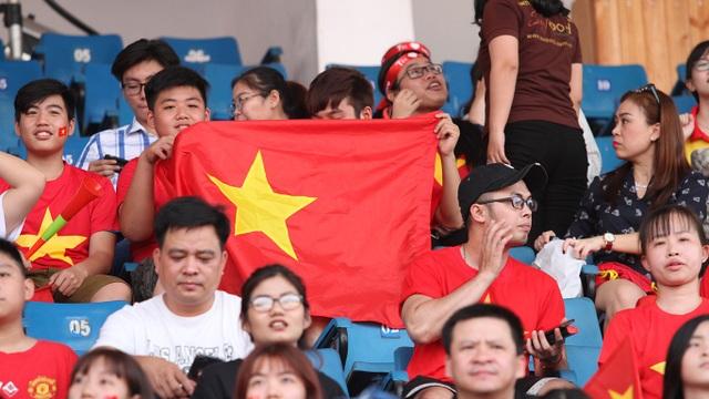 Ngoài màu cờ đỏ Việt Nam...