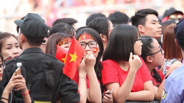 Các bạn nữ dù không mê bóng đá nhưng vì các chàng trai U23 Việt Nam, vẫn kiên nhẫn đứng chờ nhiều giờ đồng hồ để có được chỗ đẹp.