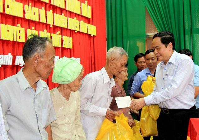 Chủ tịch Trần Thanh Mẫn trao quà cho các hộ nghèo, gia đình chính sách huyện Vĩnh Thạnh