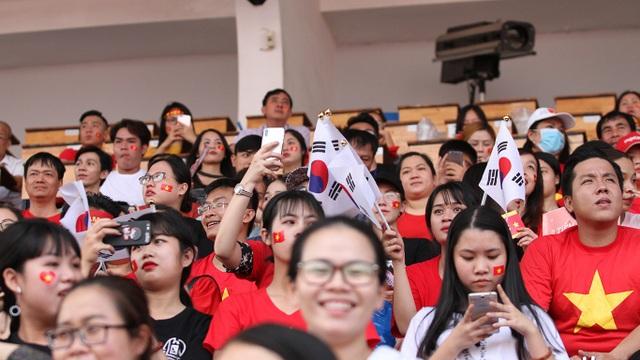 ... trên khán đài sân Thống Nhất còn xuất hiện cờ Hàn Quốc, quê hương của HLV Park Hang Seo