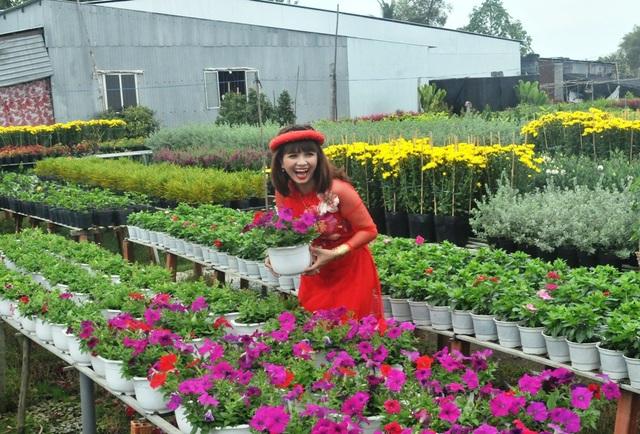 Cười tươi bên hoa....