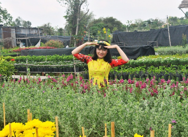 Vào những ngày này Làng hoa Sa Đéc thu hút hàng nghìn lượt khách đến tham quan. Đông nhất là các bạn trẻ... từ khắp nơi đến tham quan và chụp ảnh lưu niệm