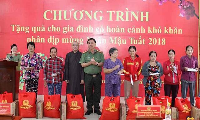 Đại tá Trần Ngọc Hạnh - Giám đốc Công an Cần Thơ trao quà cho người nghèo ở huyện Phong Điền, TP Cần Thơ