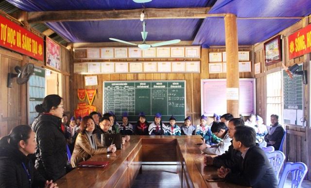 ...và thăm các em học sinh, thầy cô giáo Trường Tiểu học xã Hữu Khuông.