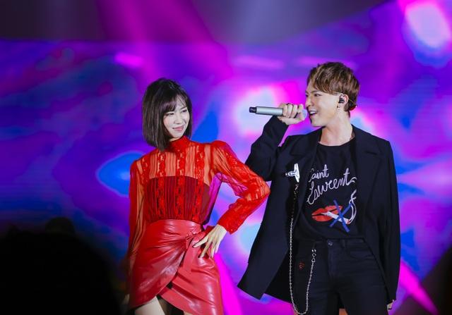 Các ca sĩ trẻ biểu diễn trong chương trình.