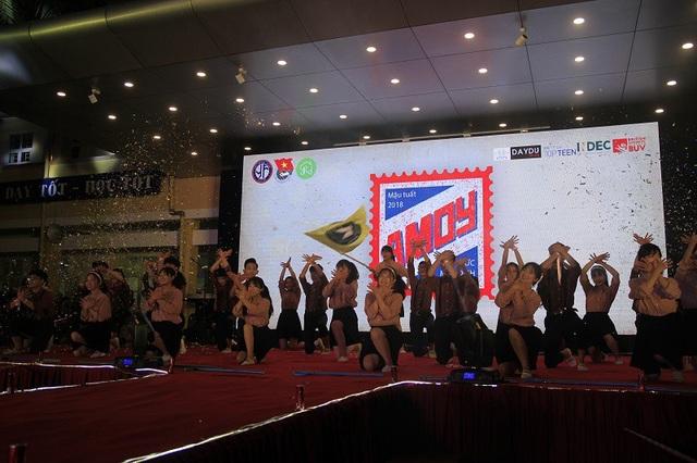 """Đêm gala """"Ký - Ức Mậu Dịch"""" mở màn với phong trào """"nhảy Tân thời"""" lần lượt của hợp tác xã (HTX) Êm ấm, HTX Nhân Ái và HTX An Vui."""