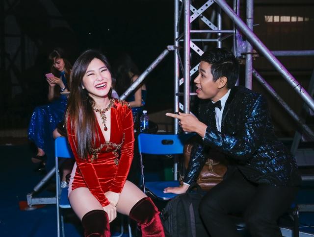 Nguyên Khang với Hương Tràm, Tóc Tiên và Trọng Hiếu phía sau hậu trường.