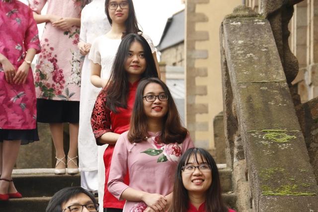 Nam thanh nữ tú mặc áo dài quảng bá văn hóa Việt tại Pháp - 3