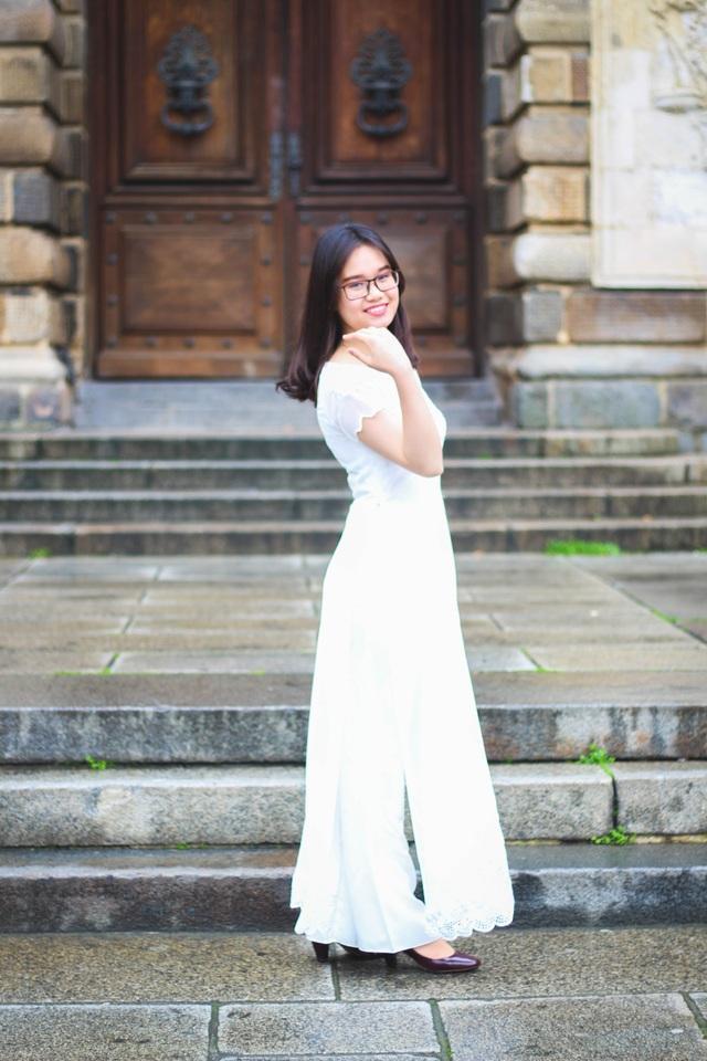 Nữ du học sinh duyên dáng trong tà áo dài trắng.