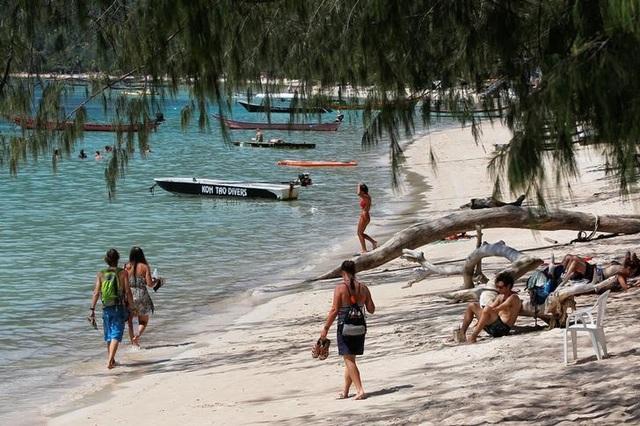 Thái Lan phạt nặng du khách hút thuốc ở bãi biển - 2