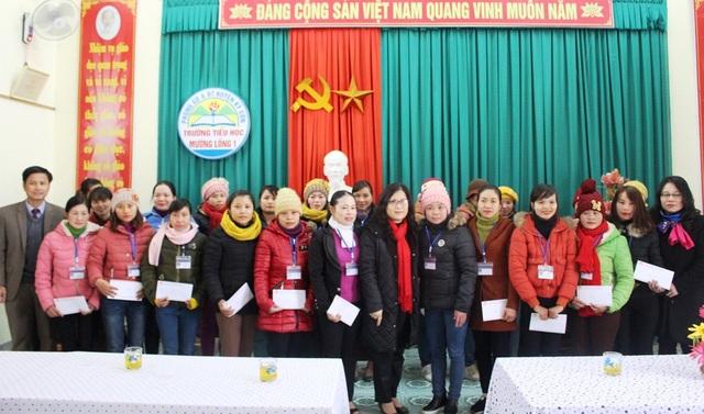 Dịp này Sở GD&ĐT Nghệ An đã thăm và tặng quà cho các giáo viên.