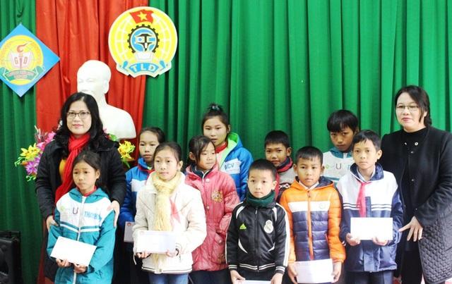 Giám đốc Sở GD&ĐT Nghệ An (ngoài cùng bên trái) thăm và tặng quà cho các em học sinh biên giới Nghệ An dịp Tết...