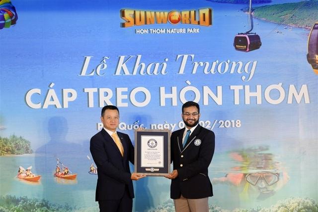 Đại diện Tổ chức Guinness thế giới (phải) trao Chứng nhận Cáp treo dài nhất thế giới cho Cáp treo Hòn Thơm