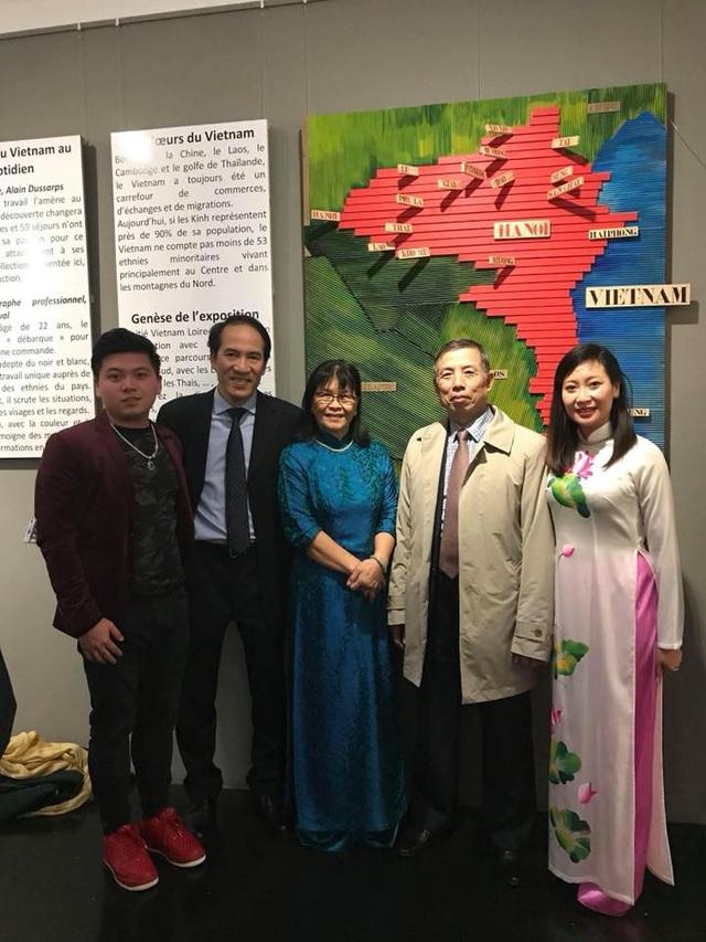 Đại diện Đại sứ quán Việt Nam tại Pháp tới tham dự triển lãm 54 trang phục dân tộc.