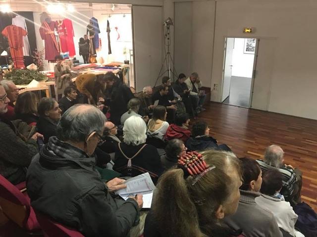 Khách quốc tế hào hứng tham dự triển lãm trang phục Việt.