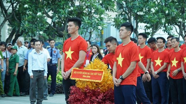 Các tuyển thủ U23 Việt Nam dâng hương tại tượng đài Bác Hồ, báo công chiến tích lịch sử tại giải U23 châu Á