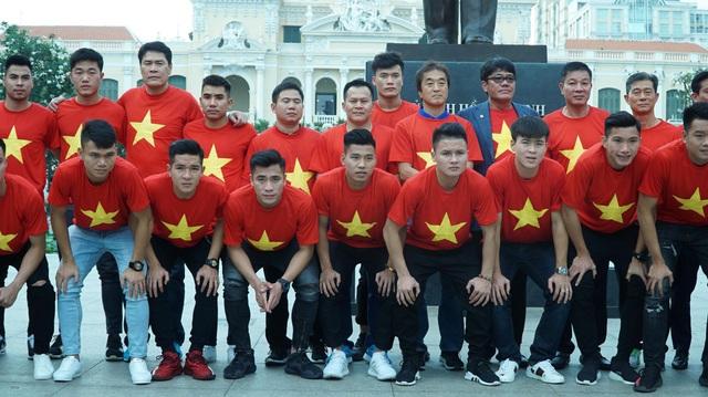 15h00 ngày 4/2, toàn thể đội U23 Việt Nam đã có mặt ở phố đi bộ Nguyễn Huệ để dâng hương tại tượng đài Bác Hồ