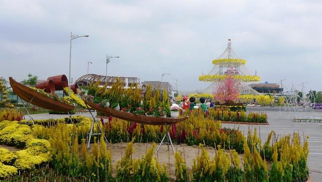 Người dân phố biển, du khách sẽ không khỏi ngỡ ngàng khi lần đầu tiên được tận mắt nhìn thấy không gian chợ nổi mang nét đặc trưng của dân thương hồ miền Tây Nam Bộ với những chiếc ghe chở đầy ấp hoa, quả cùng sản vật khác