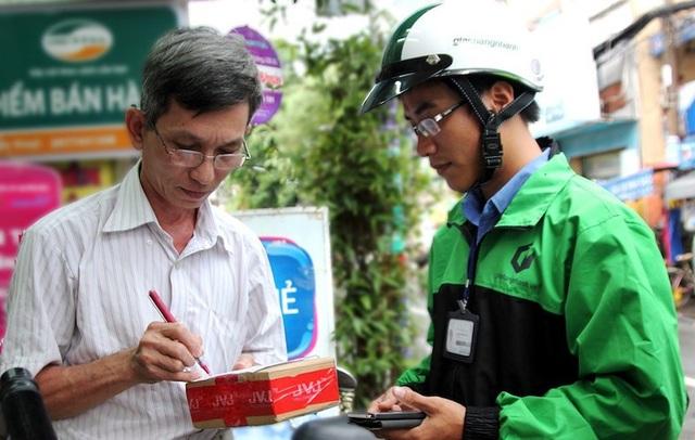 Người dân mua hàng qua mạng trong dịp Tết để tiết kiệm thời gian