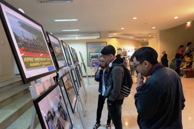 Nhiều du khách tham quan Bảo tàng Đà Nẵng ấn tượng với các bức ảnh trưng bày tại Triển lãm