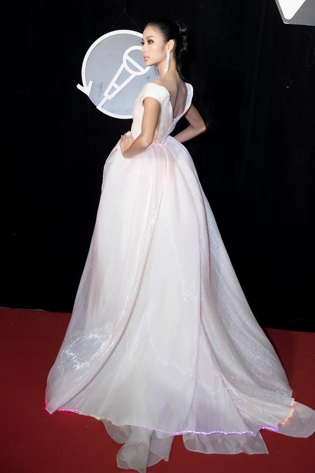 Hoàng Thùy chọn chiếc đầm dạ hội trắng với phom dáng cổ điển, tao nhã, kết hợp phụ kiện lấp lánh đi kèm. Ước tính giá trị của chiếc váy dạ hội Hoàng Thùy diện đêm nay lên đến 100 triệu đồng.