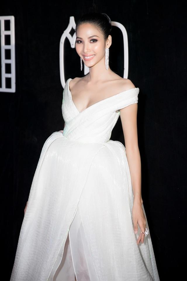 Người mẫu Hoàng Thùy - một trong những đề cử Giải thưởng Top 10 Nhân vật truyền cảm hứng của chương trình - đã diện trên mình một thiết kế vô cùng đặc biệt.
