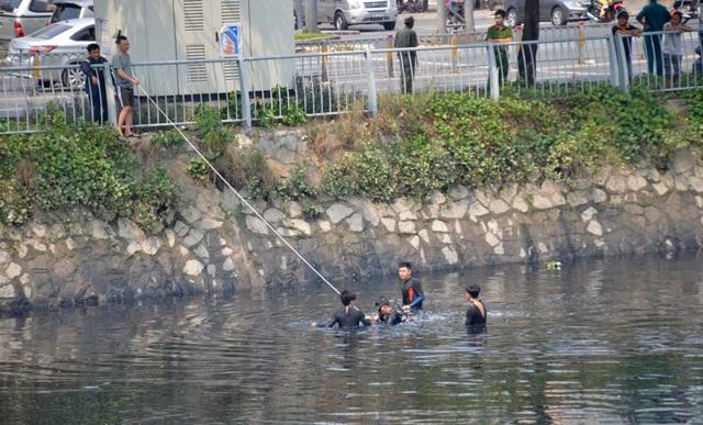 Người nhái ngâm mình dưới nước để tìm kiếm nạn nhân