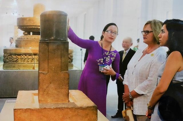 Bà Nancy Ann Lange - phu nhân tổng thống Peru tham quan Bảo tàng Điêu khắc Chăm - Đà Nẵng