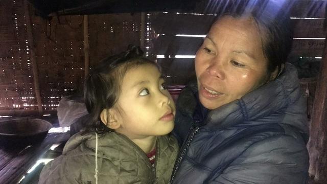 Cháu Linh sống với ông bà nội nay cũng yếu. Mỗi lần lên cơn ông bà lại lo lắng chạy đôn chạy đáo.