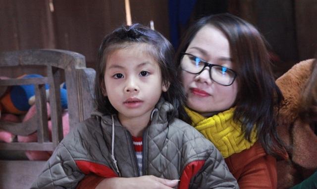 Cháu Linh thi thoảng lại được cô giáo đưa đón về tận nhà, và động viên cháu mỗi khi cháu bị bệnh lên cơn ....