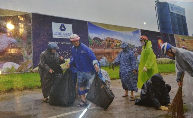 Cán bộ, công nhân viên ở Trung tâm Hành chính thành phố cùng dọn dẹp vệ sinh môi trường, khắc phục hậu quả mưa bão chào đón APEC