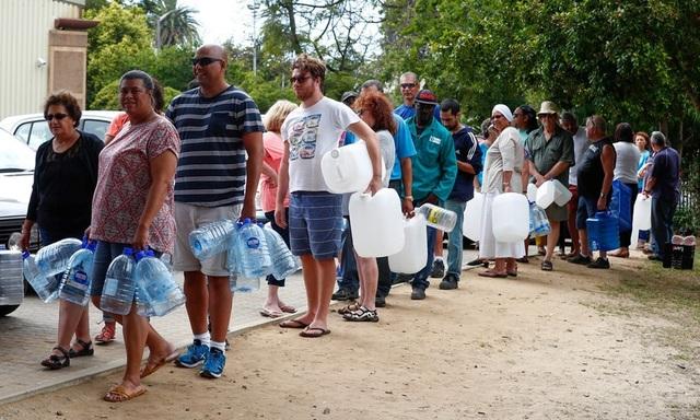 Người dân Nam Phi xếp hàng chờ lấy nước sạch