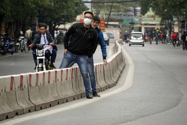 Chú thích: Luật hình sự mới đưa chế tài xử lý hình sự đối với người đi bộ vi phạm giao thông, nếu gây hậu quả nghiêm trọng sẽ bị xử lý hình sự.