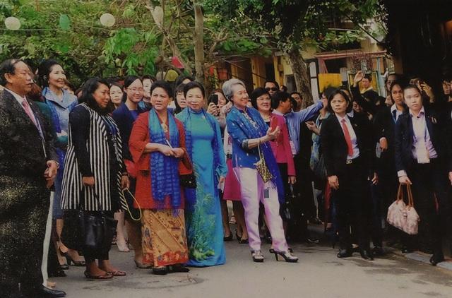 Đoàn phu nhân lãnh đạo các nền kinh tế thành viên APEC tham quan phố cổ Hội An