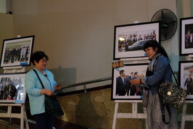 Du khách nước ngoài hào hứng chụp ảnh selfie với các bức ảnh trưng bày tại Triển lãm