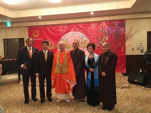 Đại sứ Nguyễn Quốc Cường (thứ hai, bên trái) cho biết quan hệ hữu nghị Việt Nam-Nhật Bản trong năm qua tiếp tục phát triển mạnh mẽ trên nhiều lĩnh vực, góp phần thúc đẩy hòa bình, ổn định trong khu vực và hợp tác toàn diện giữa hai nước.