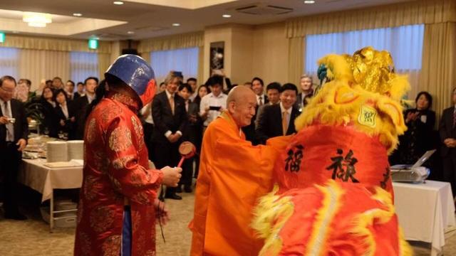 Màn múa lân sư rồng tưng bừng khiến người Việt xa quê ấm lòng.