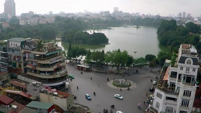 Hà Nội thả thí điểm thiên nga đen trắng nhập từ Bỉ vào hồ Hoàn Kiếm