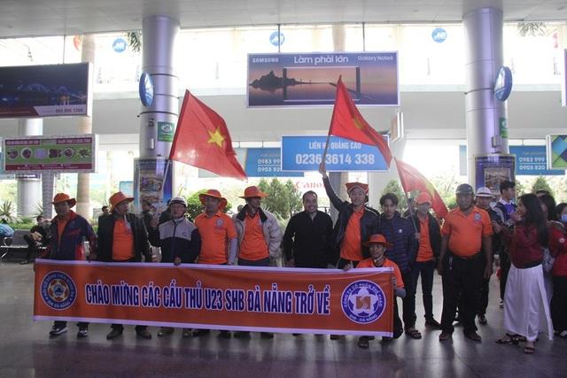 Các cổ động viên, người hâm mộ đã tập trung rất sớm tại sân bay Đà Nẵng để chờ đón các cầu thủ