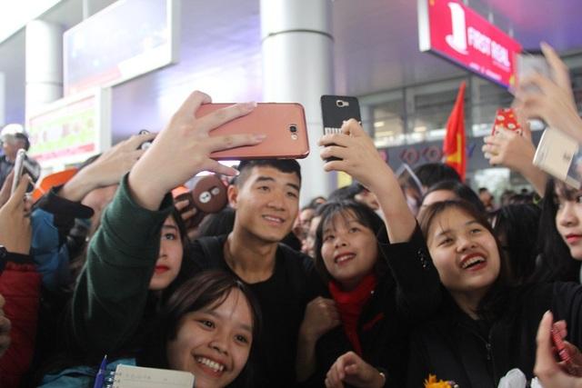 Các cầu thủ được người hâm mộ vây kín khi vừa bước xuống sân bay Đà Nẵng