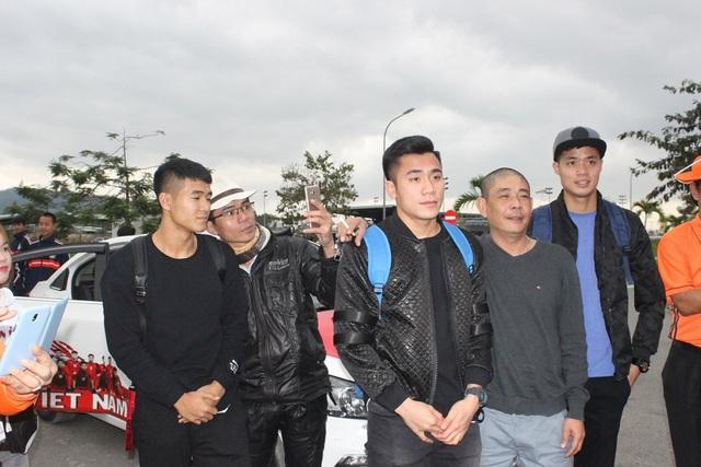 Cả 3 cầu thủ chụp hình cùng người hâm mộ khi trở về CLB