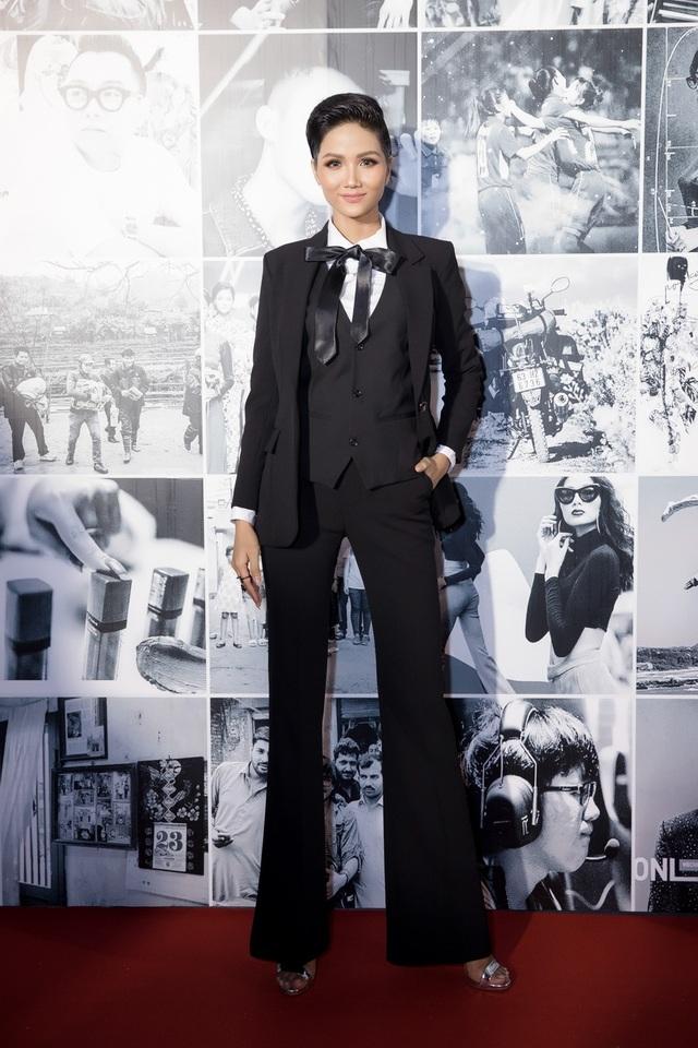 Khác hẳn phong cách thường ngày, đương kim Hoa hậu Hoàn vũ Việt Nam H'hen Niê chọn một bộ vest đen cá tính.
