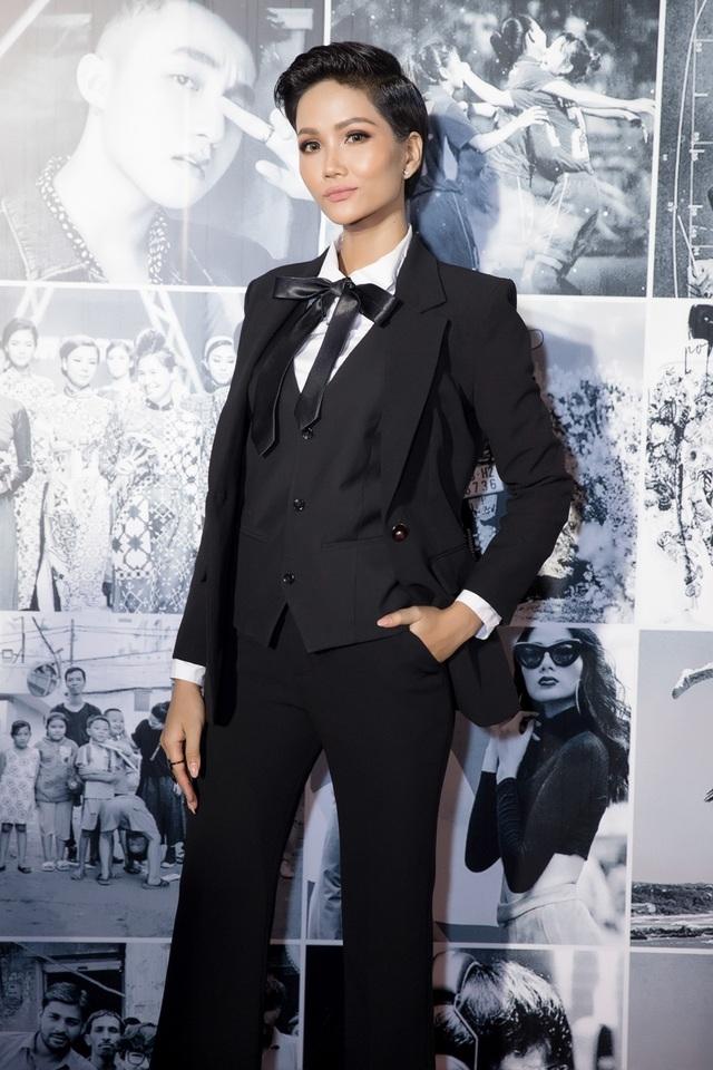 Hoa hậu H'hen Niê diện vest cá tính, đối lập phong cách cùng Phạm Hương - 2