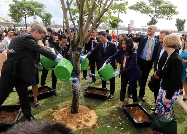 Các đại biểu trồng cây tại Công viên APEC