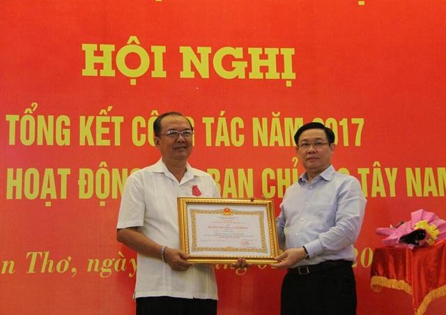 Phó Thủ tướng Vương Đình Huệ trao Huân chương Lao động hạng Ba của Chủ tịch nước cho ông Lê Hùng Dũng - nguyên Phó trưởng Ban chỉ đạo Tây Nam Bộ.