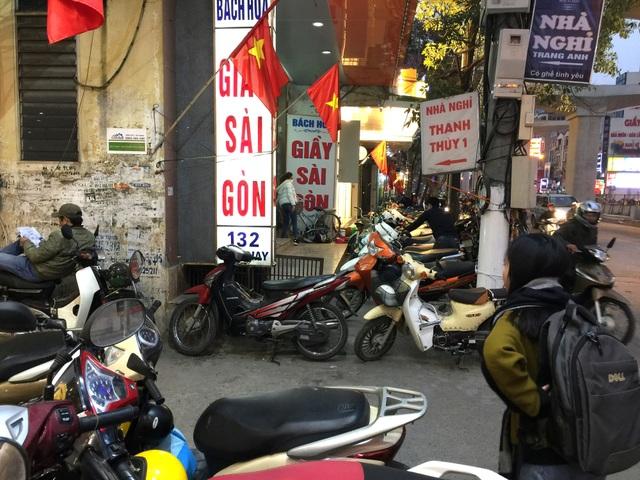 Vỉa hè các tuyến phố có đông cửa hàng, đồ hiệu Hà Nội hiện nay không còn chỗ cho người đi bộ. Mọi không gian đều được dành cho chỗ đỗ xe.