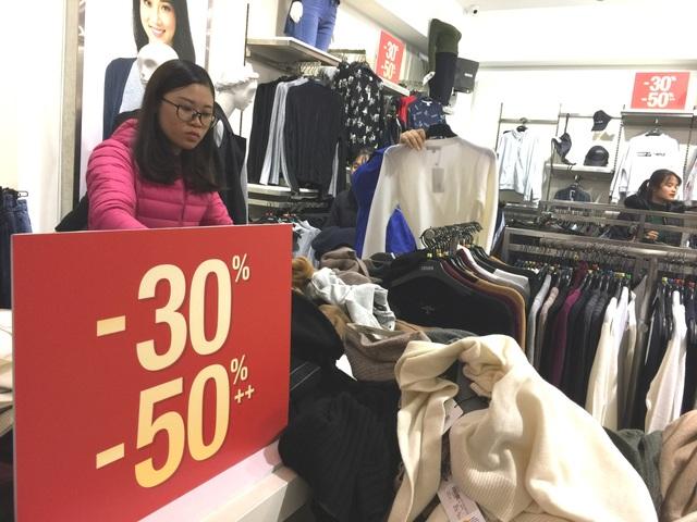 Các cửa hàng niêm yết giảm giá 30 - 50%, thời điểm này lượng người đi mua sắm đang tăng đột biến, nhiều nhất vẫn là đồ quần áo của chị em công sở.
