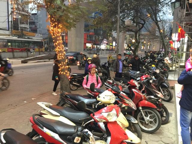 Nhiều cửa hàng quần áo trên phố Cầu Giấy kín đặc chỗ để xe, nhiều nơi người dân để tràn ra đường, tranh thủ mua sắm.