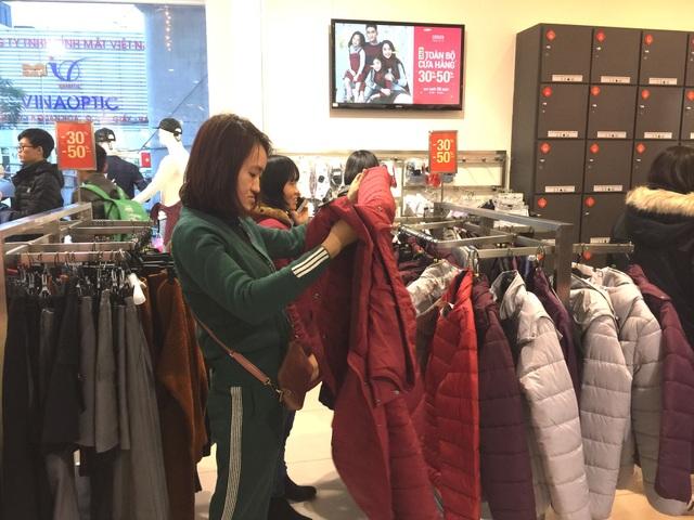 Thường các cửa hàng thời điểm này treo khuyến mại giảm giá hết cỡ. Tuy nhiên, nhiều người mua sắm cho biết chỉ quan tâm đến chất lượng đồ vì là mặc tết, còn giá khuyến mại chỉ là việc rất nhỏ.