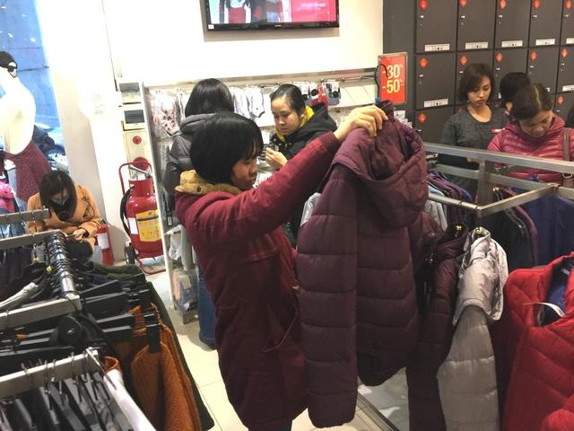 Áo chống rét cho mình hoặc cho người thân là các mặt hàng hot nhất năm nay, năm nay nhiều cửa hàng cho biết các mẫu đại hàng không có nhiều model mới, các model mới chủ yếu nằm ở quần áo thời trang.